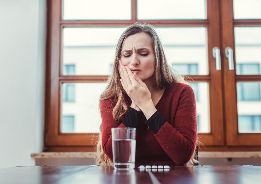 La càries dental provoca principalment sensibilitat al fred i dolor intens.