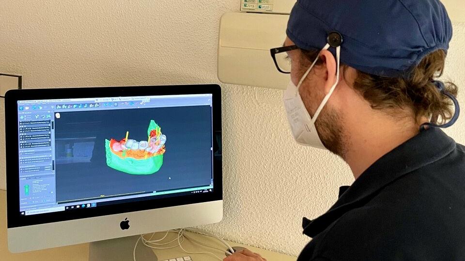 El doctor José María Barrachina Díez usando el software dental de planificación