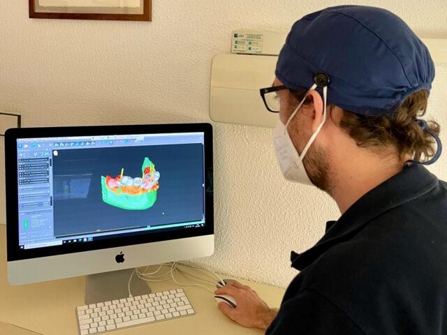 El doctor José María Barrachina Díez utilitzant programari dental de planificació.